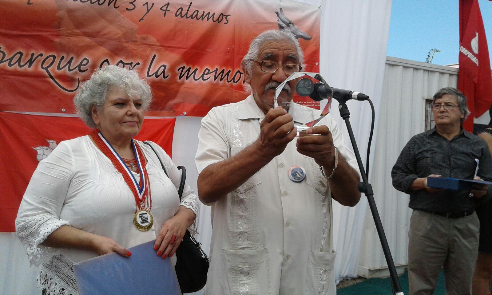Tres y Cuatro Alamos galardonó a Carmen Hertz, Hugo Pávez Lazo y Verónica de Negri por su lucha en la defensa de los derechos humanos