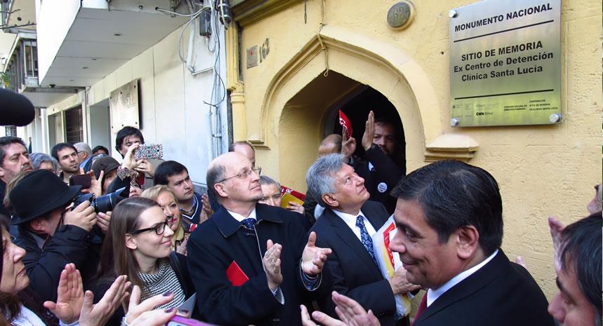 Inauguran placa que  señala a ex clínica Santa Lucía monumento nacional y sitio de memoria