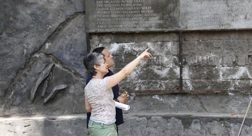 """Paula Rubio, escultora: """"La restauración del Muro de los Nombres es volver a reparar simbólicamente lo que pasó en Villa Grimaldi"""""""
