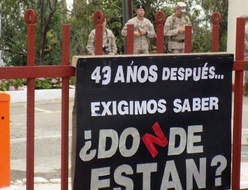 Recuerdan a detenidos desaparecidos de Valparaíso frente al regimiento donde fueron secuestrados