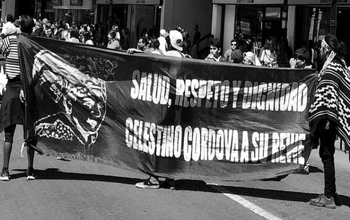 Este-lunes-comunidades-mapuche-marcharon-por-las-calles-céntricas-de-la-capital-regional-en-apoyo-al-machi-Celestino-Córdova-único-condenado-por-la-muerte-del-matrimonio-Luchsinger-Mackay.
