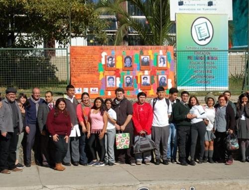 Estudiantes que participaron proyecto 'Embajadores de la memoria' inauguraron panel sobre detenidos desaparecidos frente a Regimiento Maipo en Valparaíso