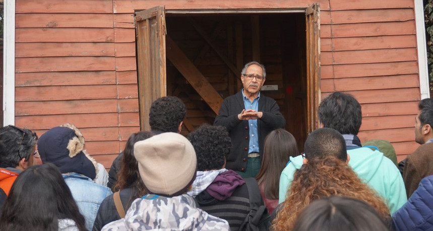 Miguel Montecinos narrando su experiencia como prisionero en la torre